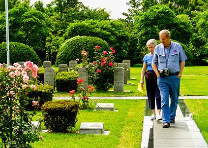 正在參觀在韓UN紀念公園的外國旅客