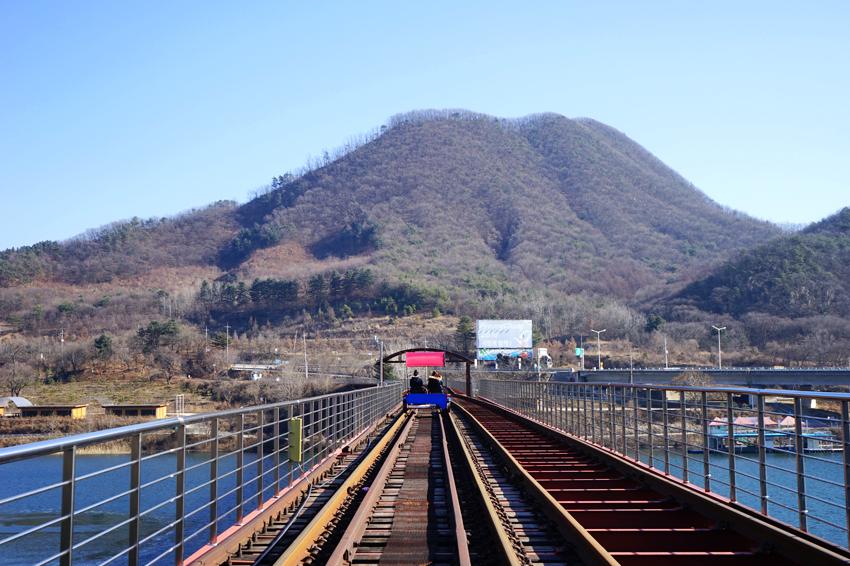 沿用舊京春線鐵軌行駛的鐵路自行車