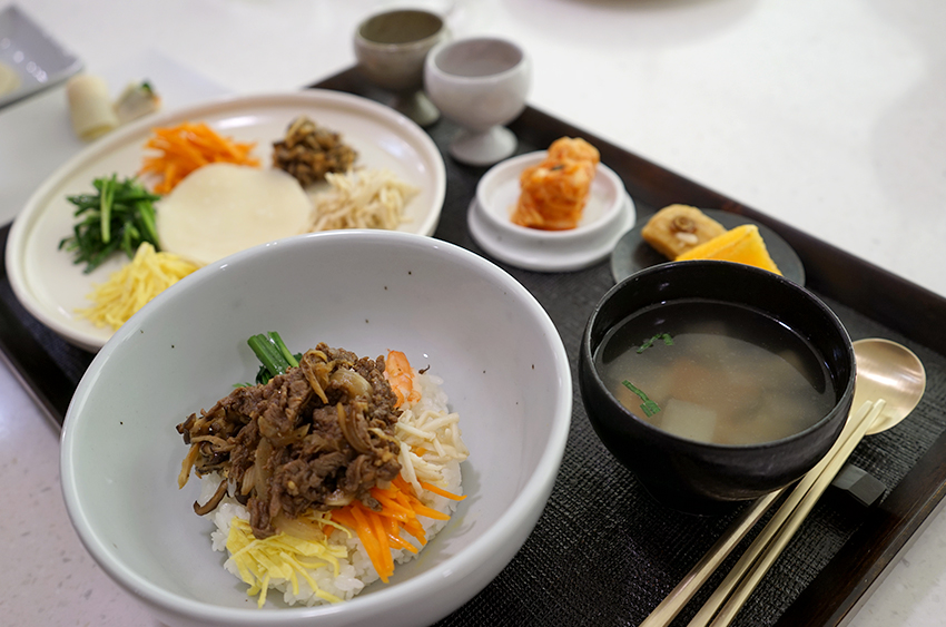 Приготовленные на мастер-классе по корейской кухни «чхильчжольпхан»  (тарелка с 7-ю деликатесами) и «пибимпап»