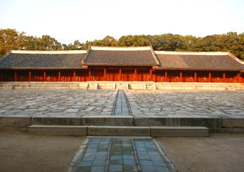 Hall Jeongjeon au sanctuaire Jongmyo (à gauche)