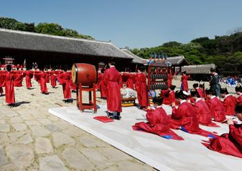 cérémonie royale « Jongmyo Jerye »  (à droite)