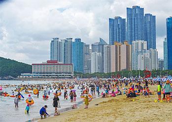 Photo: Day and night at Haeundae Beach