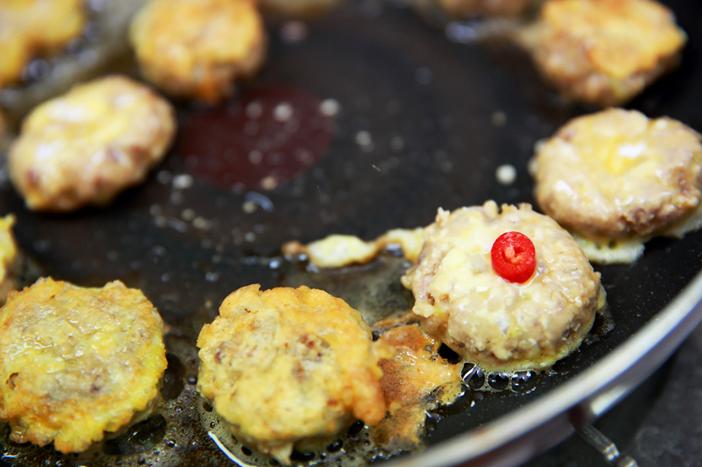 制作最具代表性的节日美食——明太鱼煎饼及肉园煎饼