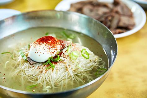 平壌冷麺(左)