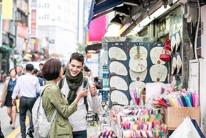 韓国でショッピングを楽しむ外国人観光客