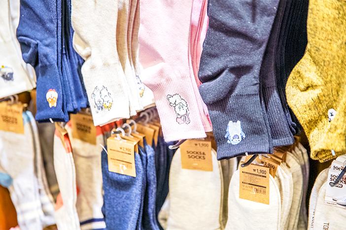 韓国の様々なデザインの靴下(上・右下)とヨスルポソン(左下)