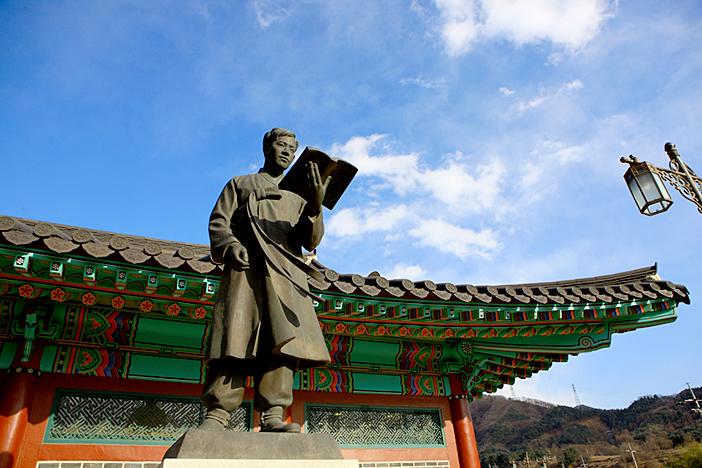 Kim You-jeong statue