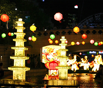 Lotus-shaped lantern