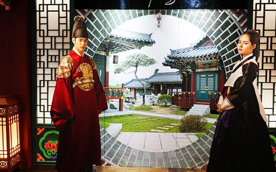 以韓劇《擁抱太陽的月亮》為背景的拍照區