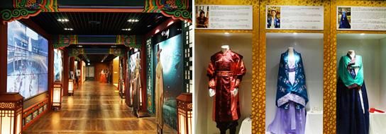 古裝劇體驗區的通道(左圖) / 古裝劇體驗區內展示的服裝(右圖)