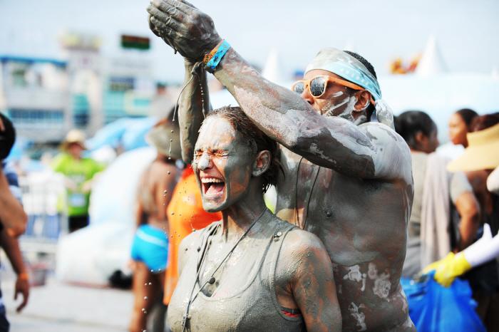 Massage de boue au festival de la boue de Boryeong (aut. Comité d'organisationdu festival de la boue de Boryeong)