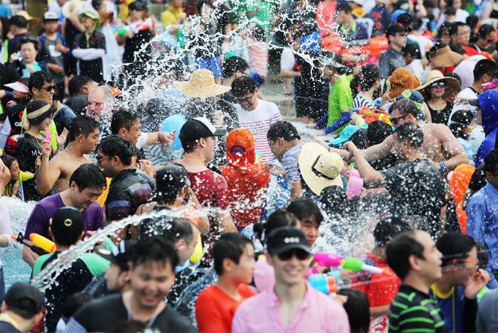 Bataille d'eau au festival Jeongnamjing (aut. Commune de Jangheung)
