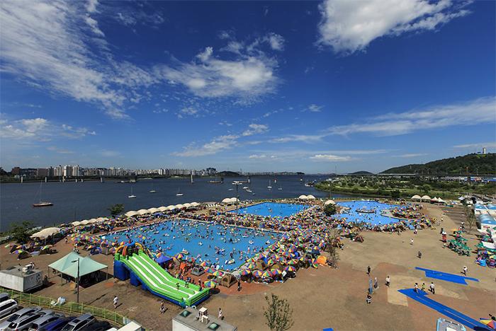 望遠漢江公園游泳池(圖片來源: 首爾市)