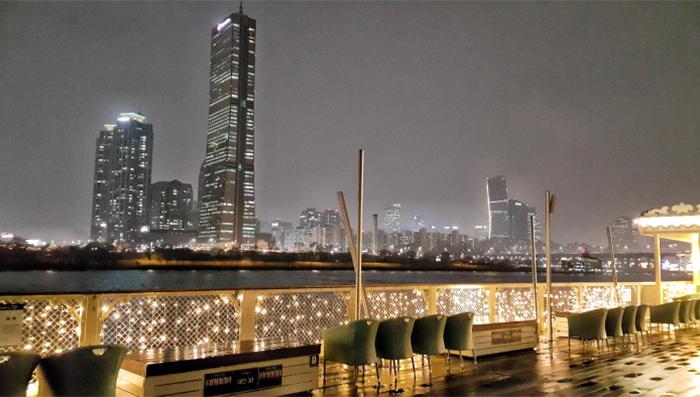 從漢江遊覽船上所看到的汝矣島夜景(圖片來源: E-land遊覽船)