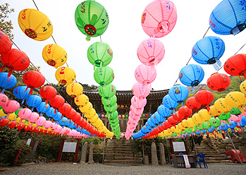Photo : Mihwangsa Temple lit with lanterns (Credit : Cultural Corps of Korean Buddhism)