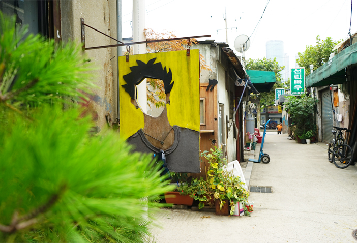 The streets of Mullae-dong Shearing Alley (Left photo credit: Seoul Tourism Organization)