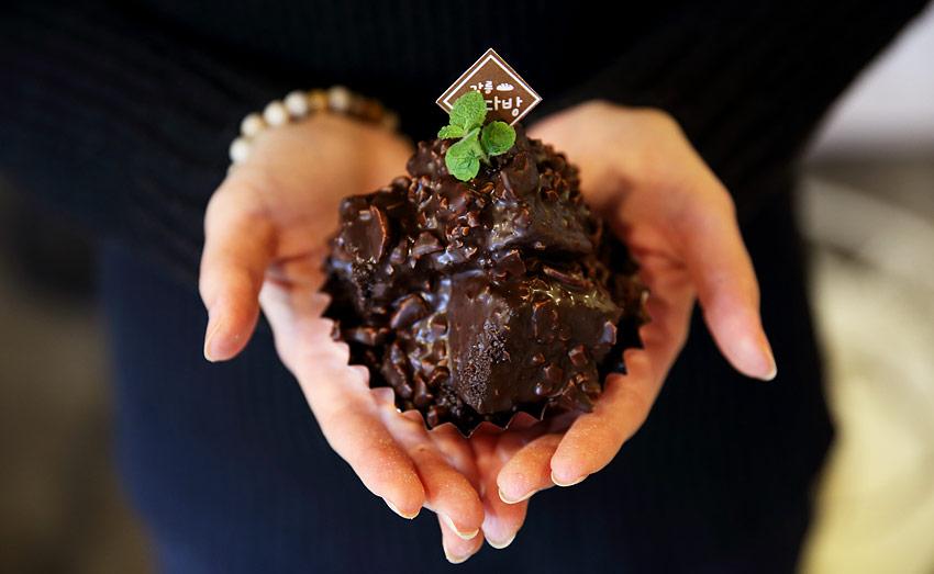Пирожное «Чоко поктан» (сверху) / Булочки из клубники и зелёного чая (снизу)