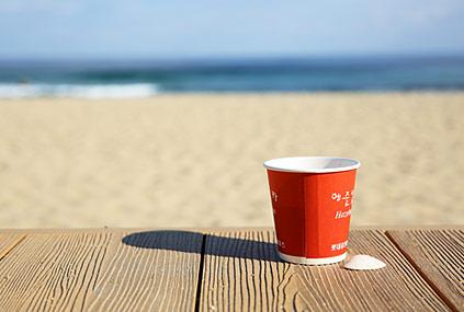 Playa Anmok y café de la máquina expendedora