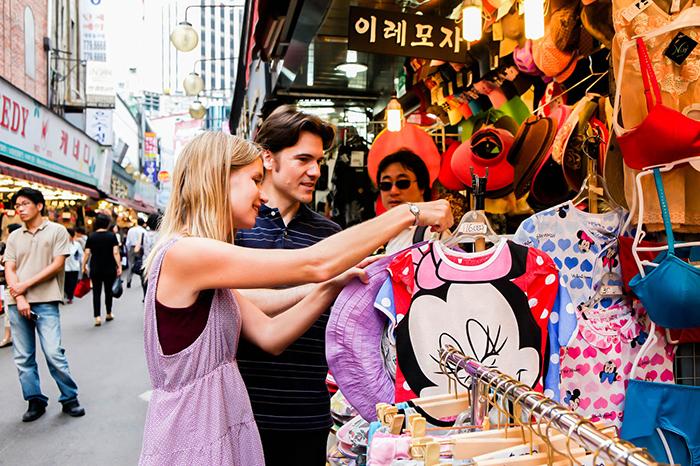 照片 : 在南大门市场上购物的游客