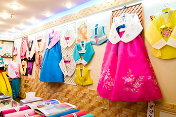 照片 : 广藏市场的韩服专卖店
