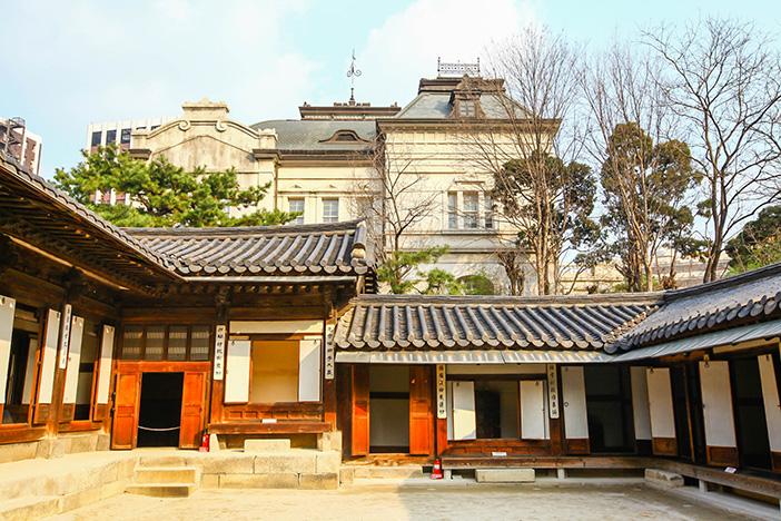 Probándose hanbok en Unhyeongung (cortesía de la Residencia Real Unhyeongung).