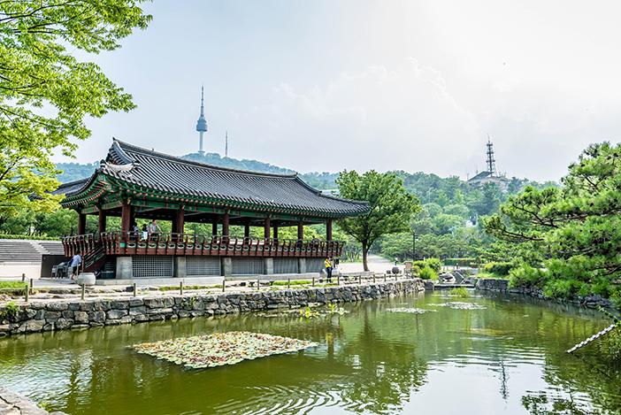 Visitantes internacionales probándose trajes hanbok en Namsangol (cortesía de la Aldea Tradicional Coreana Namsangol).