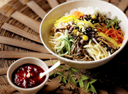 彩り鮮やかな韓国伝統料理「ビビンバ」