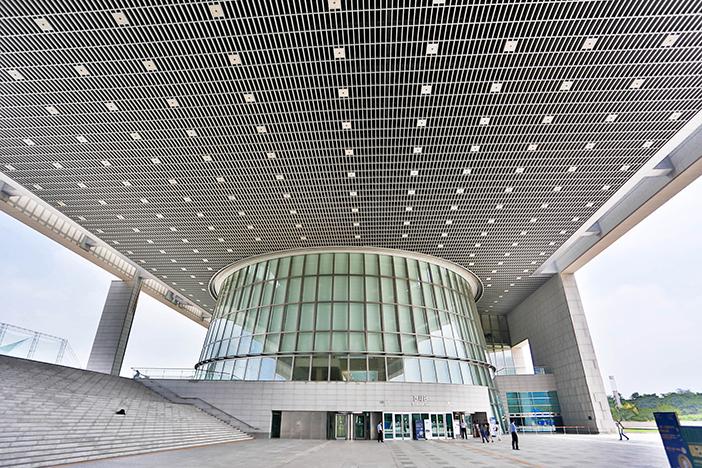 國立中央博物館外部與展示館(圖片來源: 國立中央博物館(下圖))
