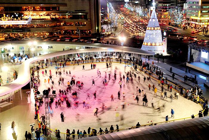 Vue de nuit de la patinoire en face de l'hôtel de ville à Séoul (aut : ville de Séoul)