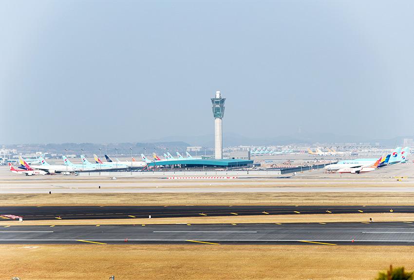 Vue de la tour de contrôle de puis l'observatoire Oseongsan à l'aéroport international d'Incheon (aut : Aéroport international d'Incheon)