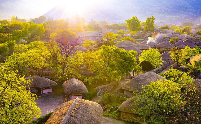 Дома с соломенной крышей в Фольклорной деревне Наганыпсон в Сунчхоне