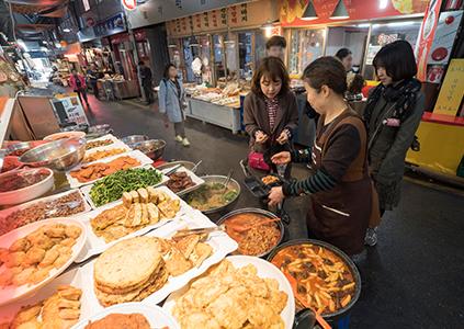 Традиционные лакомства на рынке Тхонин