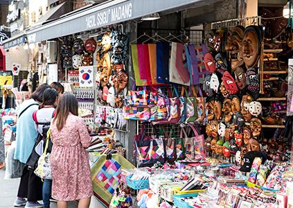 Сувенирные магазины на улице Инсадон