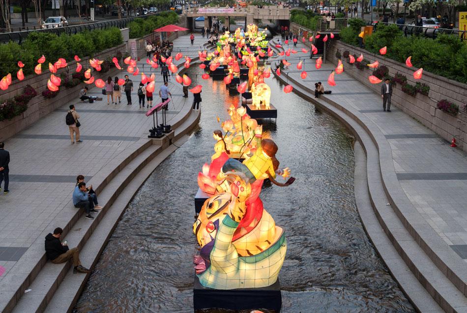 于清溪川举办的传统灯展示会 (提供: 燃灯会)