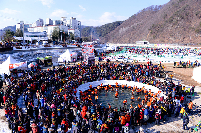 Hwacheon Sancheoneo Ice Festival scene (Credit: Nara Foundation)