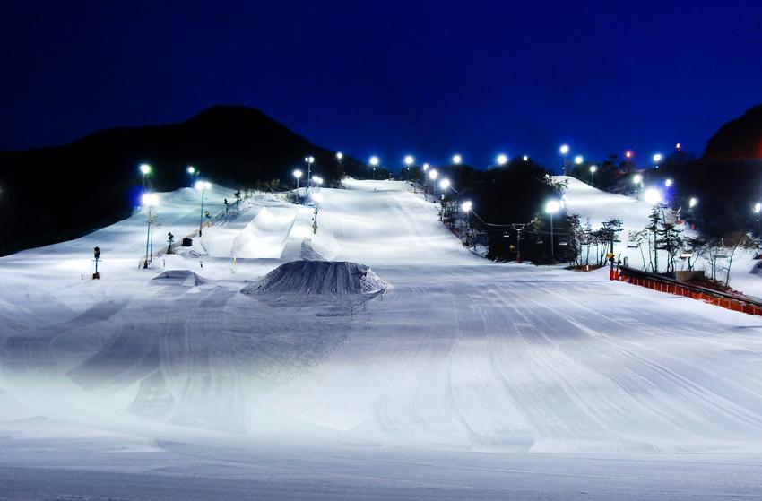 Ночной вид курорта «Чисан Форест» (Источник: Jisan Forest Resort)