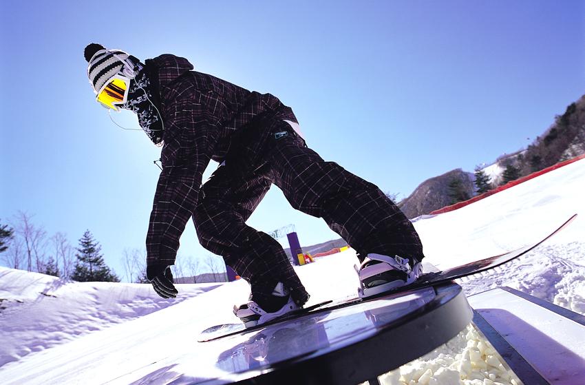 Сноубордист на склоне курорта «Хай вон»