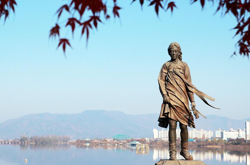 Статуя «Девушка с реки Соянган»