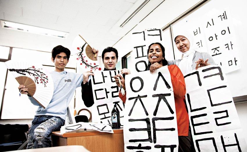 Иностранные студенты, изучающие хангыль (Источник: Языковой центр при Сеульском государственном университете)