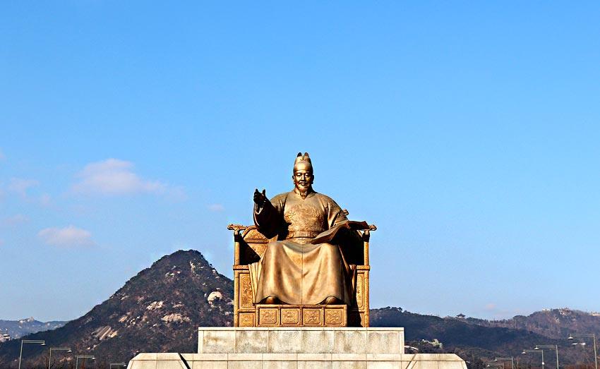 Статуя Сечжона Великого на площади Кванхвамун