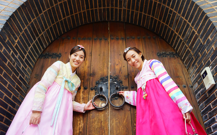 A Day Full Of Fun Tour Seoul In Hanbok Official Korea Tourism