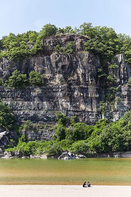 Felswand Buyongdae (links), Schutzbaum mit Wünschen (Mitte) & Steinmauerweg im Hahoe-Dorf (rechts)