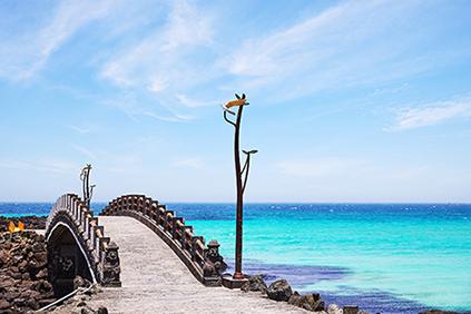 海原の美しさが際立つ咸徳犀牛峰海岸