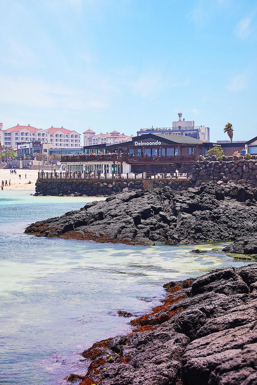 海辺に建つCafe Delmoondo