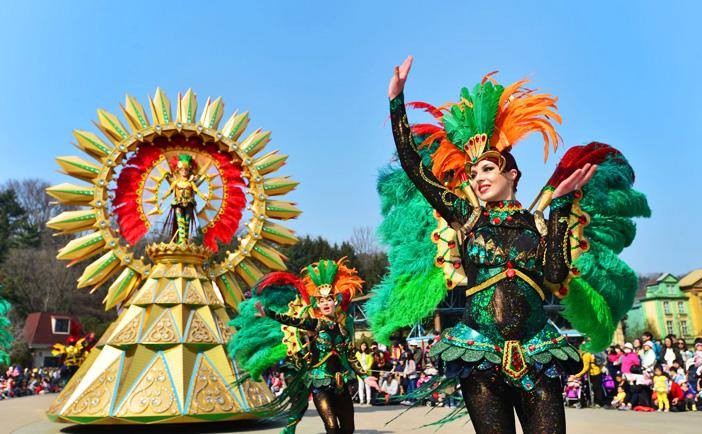 Красочные карнавалы и шоу фейерверков в парке Эверленд (Предоставлено: Samsung Everland)