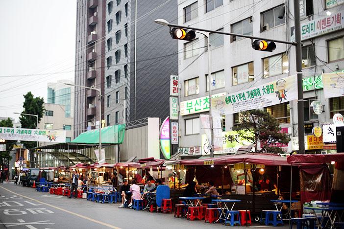 Calle de puestos de comida al aire libre en Ikseon-dong.