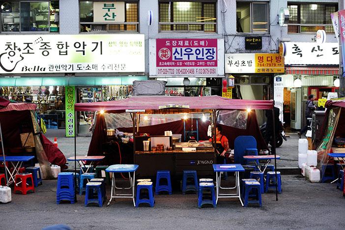 Una tienda al aire libre y comida en venta.