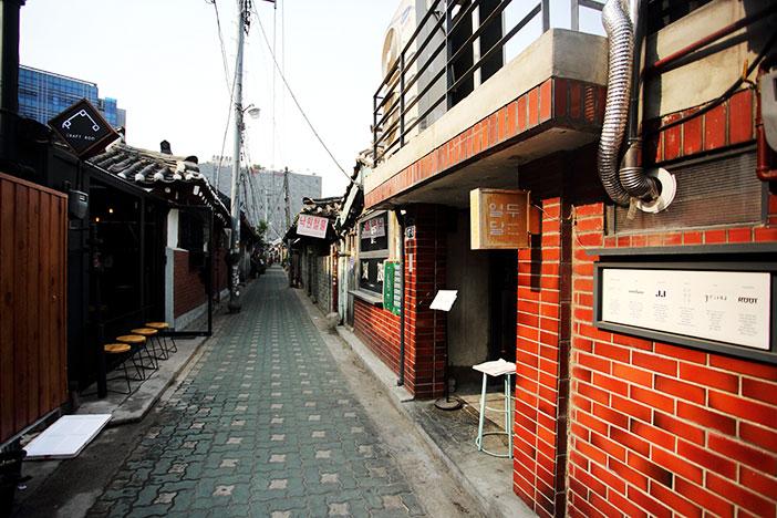 Переулок традиционных домов ханок в районе Иксон-дон