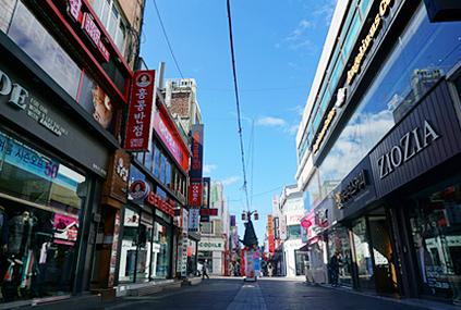 春川明洞街區(左圖)/辣炒雞排街(右圖)