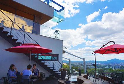 咖啡廳的許願鐘塔(左圖) / Skywalk(右圖)